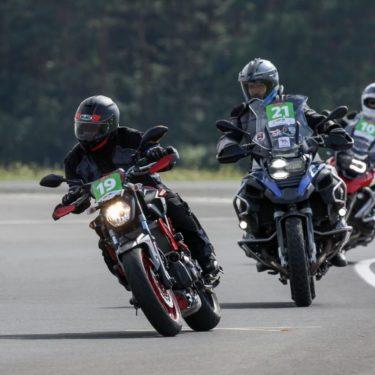 Szybkie skręcanie motocyklem